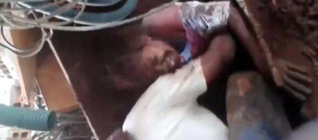 Mulher é resgatada em meio aos escombros (Reprodução/Redes sociais)