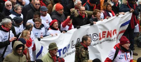 """Après les """"gilets jaunes"""", un peu plus de 10.000 """"foulards rouges"""" défilent à Paris - rtl.fr"""