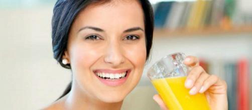 Um copo de suco de laranja natural possui cerca de 300 calorias (Imagem: Reprodução/Beleza e Moda)