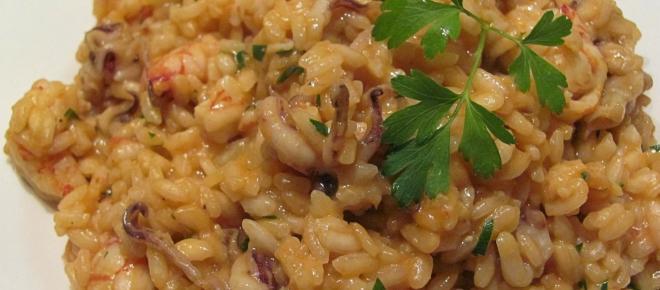 Ricetta risotto al pomodoro con calamaretti spillo: sapore del pesce in un primo delizioso