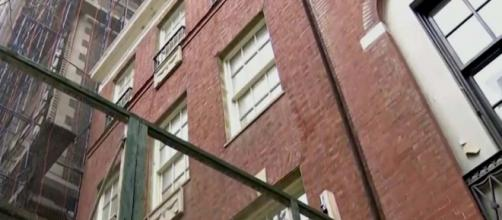 A woman was trapped in a lift in Manhattan all weekend. [Image CBS New York/YouTube]