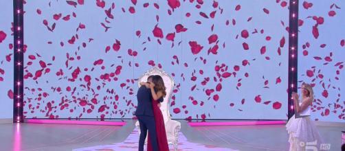 Proposta di matrimonio a Uomini e Donne, lacrime in studio