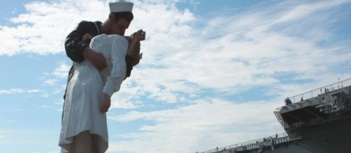 Kissing Sailor @ USS Midway | San Diego Harbor [Image source:Flckr by Prayitno]