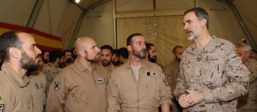 El Rey departe con unos soldados en la Base Gran Capitán