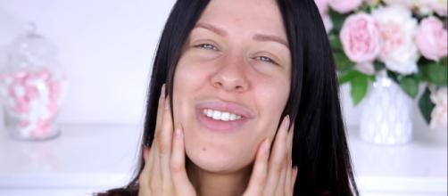 It can be quite annoying to have oily skin. [Image source: Nikkia Joy/YouTube]