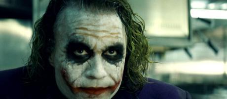 Coringa interpretado por Heath Ledger (Fonte: globo.com)