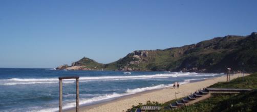 Praias de nudismo são bem aceitas no Brasil. (Fonte: Wikipedia)
