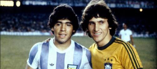 Diego Maradona e Zico in una sfida tra Argentina e Brasile di fine anni '70