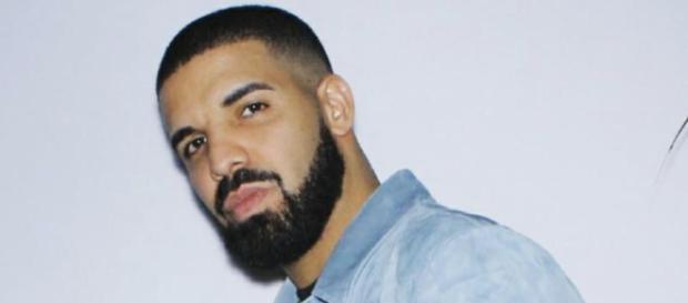 Drake fait polémique pour embrasser et caresser une fan de 17 ans