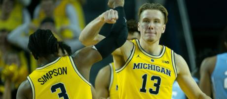 Ignas Brazdeikis and Zavier Simpson have Michigan rolling. [Image via ClickonDetroit/YouTube]