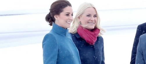 Kate Middleton con un cappotto premaman