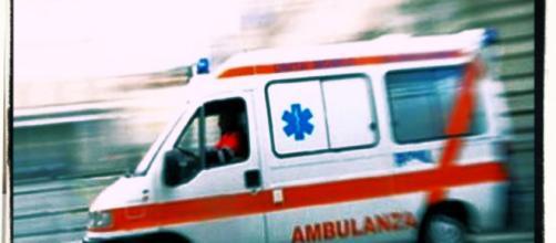 La donna di 44 anni è morta mentre veniva trasportata in ospedale a Sassari.