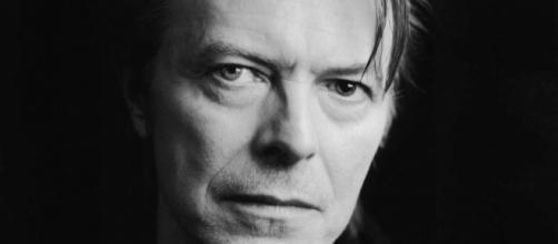 Un'intensa immagine del cantautore David Bowie