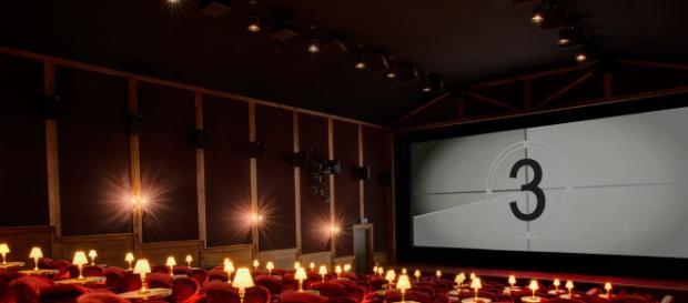 una sala cinematografica prima dell'inizio di un film