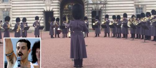 Le guardie reali eseguono Bohemian Rhaposdy