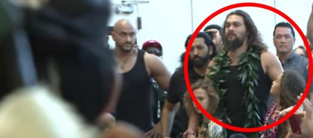 Jason Momoa e filha na premiere de Aquaman realizada no Hawaii. (Reprodução)