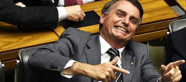 Presidente Bolsonaro afirma garantir a flexibilidade da posse de arma através de decreto. (Foto: Portal de notícias)