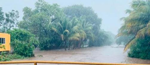 Narda deja inundaciones y dos muertos en occidente de México.