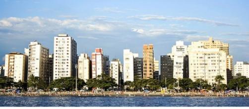 Cerca de 65 prédios da orla, que viraram atração turística, apresentam inclinação que cresce anualmente. (Reprodução/Wikimedia)