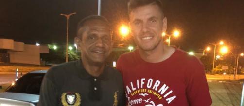 Goleiro posou para foto com homem que tinha acabado de ajudar. (Eduardo Nogueira/Arquivo Pessoal)