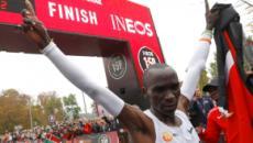 Maratona, Kipchoge sotto le 2 ore: record non omologato, ma il keniano è nella storia
