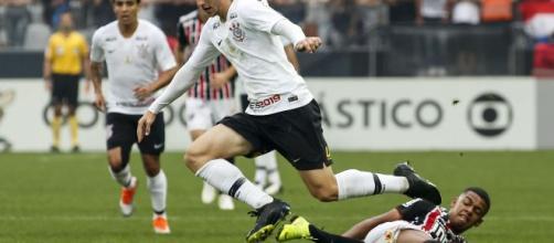 Calciomercato Juventus, serve vice di Alex Sandro: fra i nomi Carlos Augusto (RUMORS)