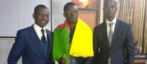 Le Dr Albert Ze recevant son prix en Côte d'Ivoire (c) Albert Ze