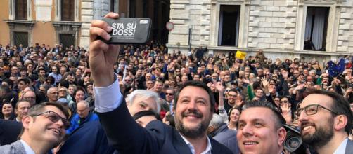 Matteo Salvini in mezzo alla folla