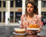 Josiane sai às ruas vendendo bolos. (Reprodução/ Rede Globo)