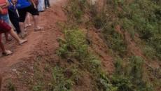 Seis pessoas morrem após caminhonete com fiéis cair em ribanceira no Paraná