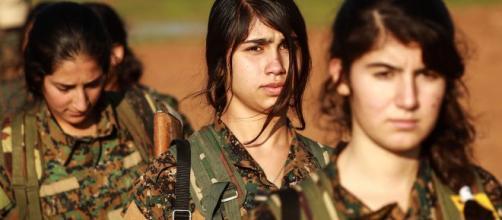 Donne soldato curde combattono in Siria