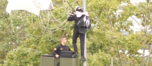 El lamentable percance del paracaidista que portaba la bandera marcó el desfile de este año