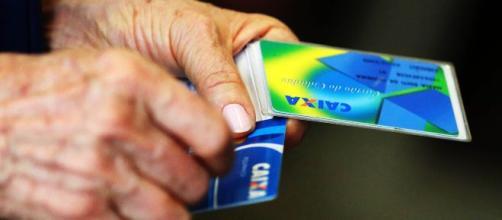 Idosos com doenças graves devem entrar com pedido de isenção de imposto de renda. (Arquivo Blasting News).