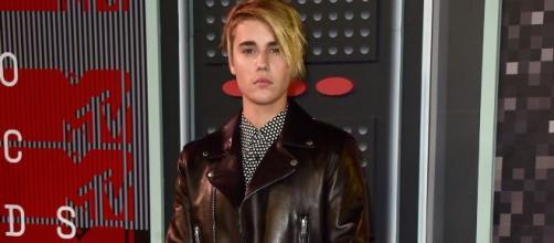 Justin Bieber se ve obligado a dejar de beber cerveza por un problema de salud