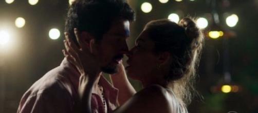 Marcos e Paloma enfim selam beijo. (Reprodução/TV Globo)