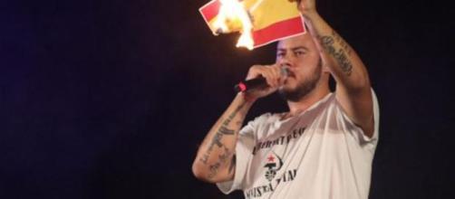 Pablo Hasel quema una bandera de España como muestra de apoyo a Valtonyc