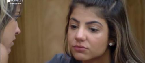 Hariany chora e relata insegurança em namoro com Lucas. (Arquivo Blasting News)