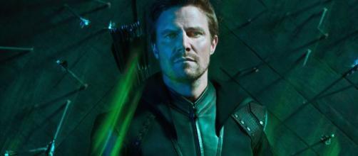 Oliver Queen (Stephen Amell) Arrow 8: l'arciere inizia la sua missione per impedire la Crisi