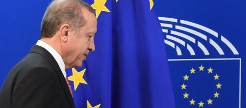 Turkish official: Erdoğan is not blackmailing EU.