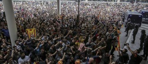 Una marea humana con el objetivo de ocupar el aeropuerto de Barcelona