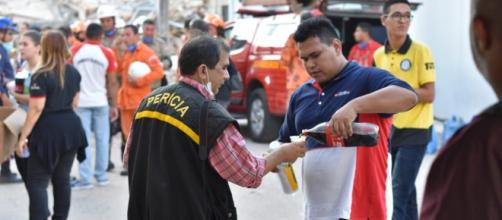 Voluntário do Unisocial auxilia perito que trabalha no local onde desabou edifício em Fortaleza (CE) . (Reprodução/Unisocial/Igreja Universal)