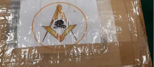 Reggio Calabria, 'Ndrangheta: trovato panetto di cocaina con simbolo della massoneria