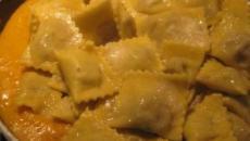 Ravioli con ricotta, crema di zucca e funghi: un primo piatto per l'autunno