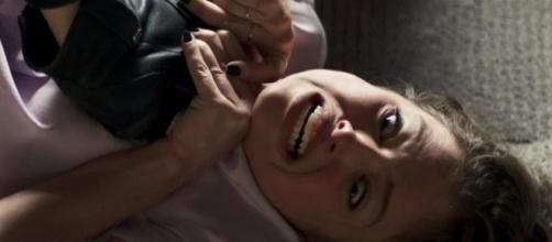 A vilã levará uma surra de uma detenta na prisão. (Reprodução/ TV Globo)