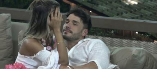 Hariany e Lucas tem conversa íntima em 'A Fazenda'. (Reprodução/ Record TV)