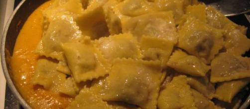 La ricetta dei ravioli con ricotta, crema di zucca e funghi.