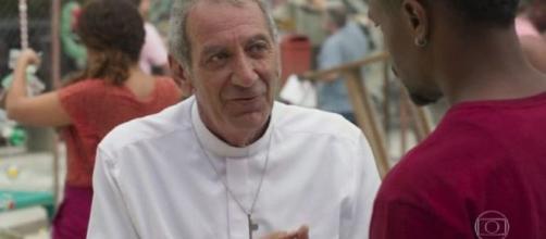 Padre Paulo conversa com Ramon em 'Bom Sucesso'. (Reprodução/TV Globo)