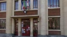Bimbo caduto dalle scale in una scuola milanese, la madre: 'Mio figlio lasciato solo'