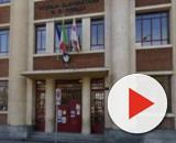 Bambino precipita dalle scale a scuola: la madre accusa l'Istituto