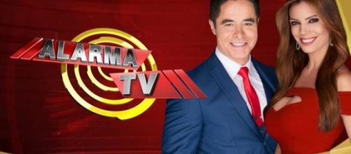 """Jorge Antolin e Lianna Grethel apresentam o programa """"Alarma TV"""" no SBT (Reprodução/Estrella TV)"""